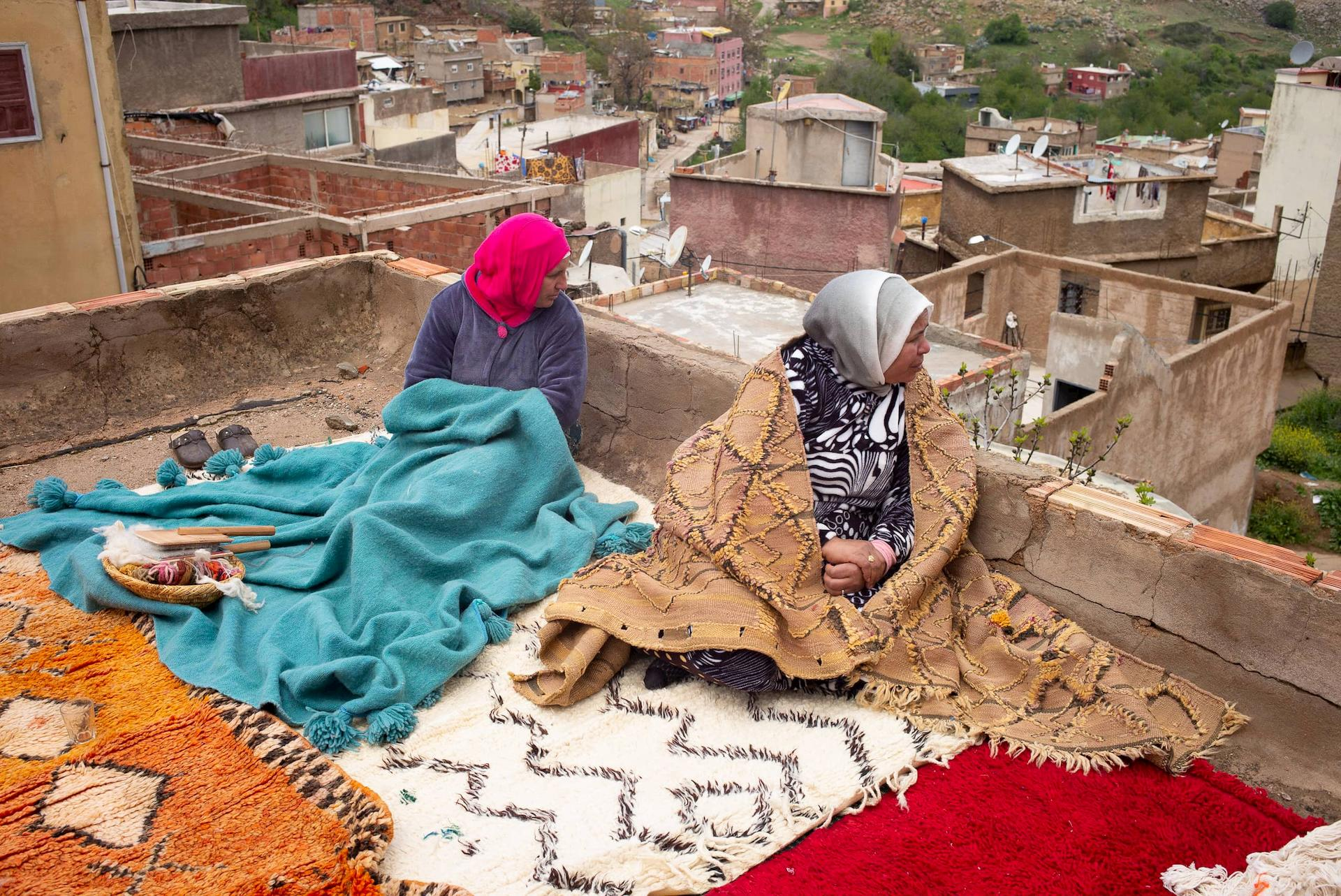 /img/pages/atlas-weavers/1/Weavers_Hashmia_Douiri_and_Hjou_Amraoui_sitting_on_the_rooftop_of_the_cooperative.jpg
