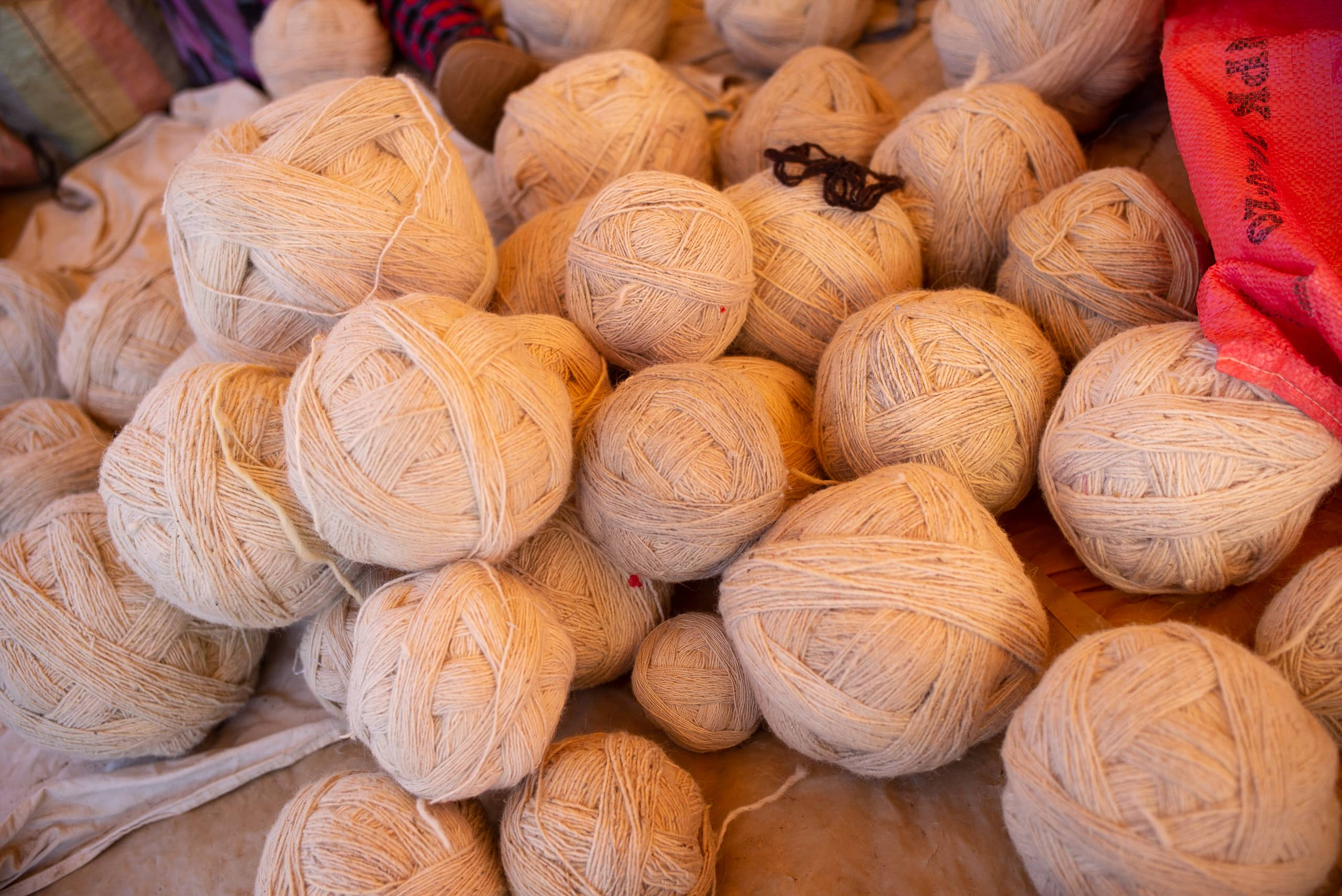 /img/pages/atlas-weavers/2/Balls_of_wool_in_the_souk_of_Mrirt,_Middle_Atlas.jpg