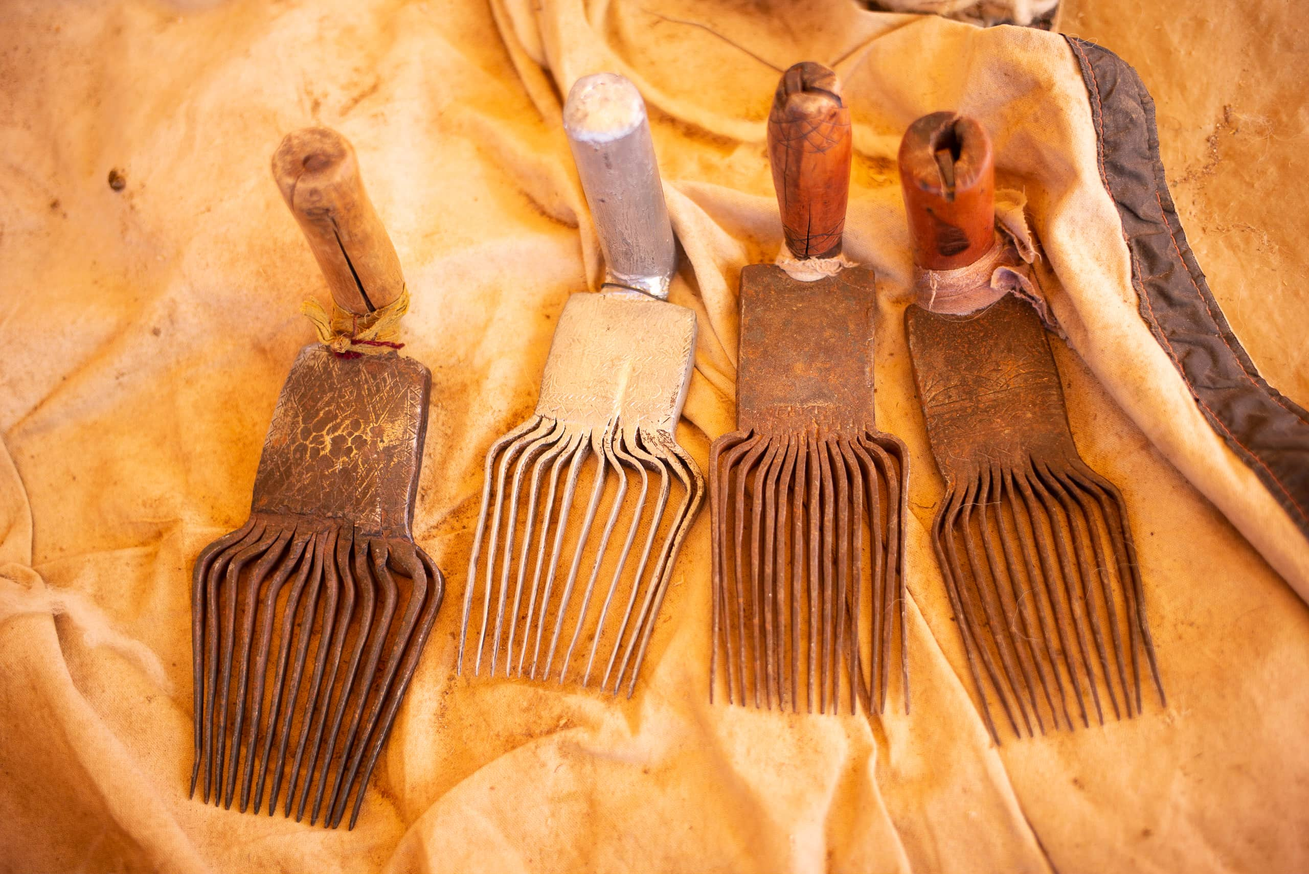 /img/pages/atlas-weavers/2/Traditional_weaving_combs.jpg
